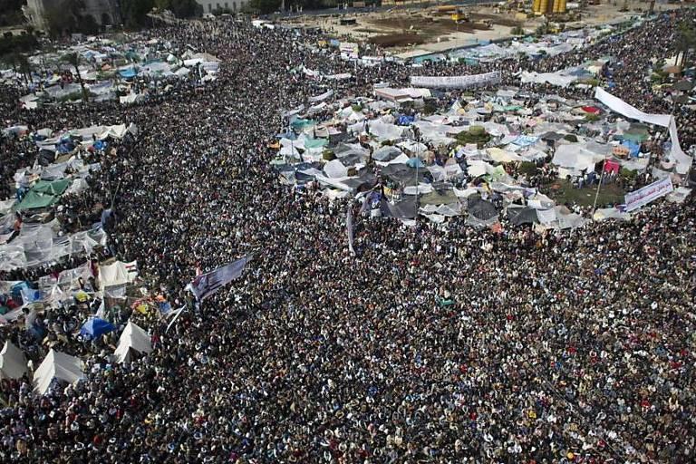 Egípcios lotam toda a área da Praça Tahrir, no Cairo, em imagem aérea do protesto contra o ditador Hosni Mubarak