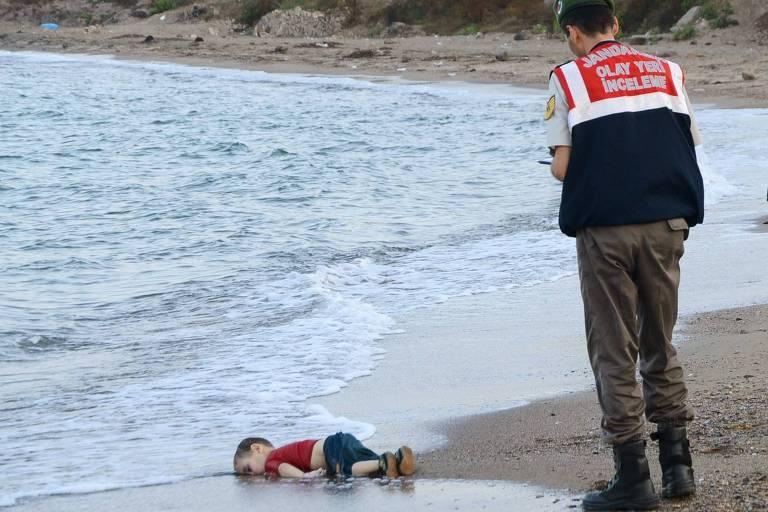 Deitado de bruços sobre a areia, o menino sírio Alan Kurdi, 3, encontrado morto em uma praia da Turquia após o naufrágio do barco que seus pais usaram para tentar chegar à Europa