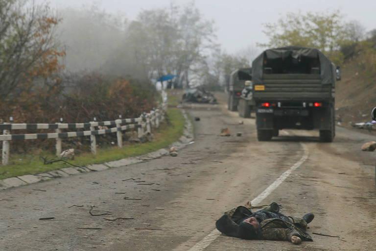 Comboio da força de paz russa passa por corpo de soldado armênio perto de Shushi