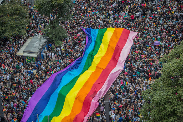 Uma grande faixa do arco-íris na Parada do Orgulho LGBTQ, na avenida Paulista, em São Paulo