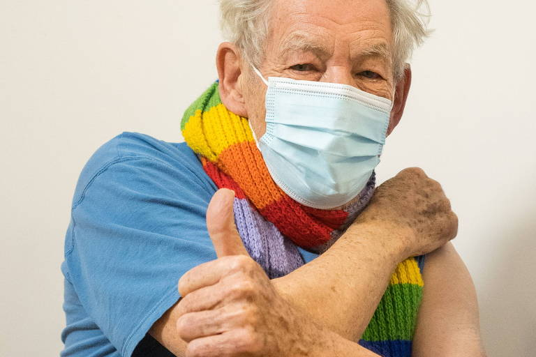 Famosos tomam vacina contra a Covid-19