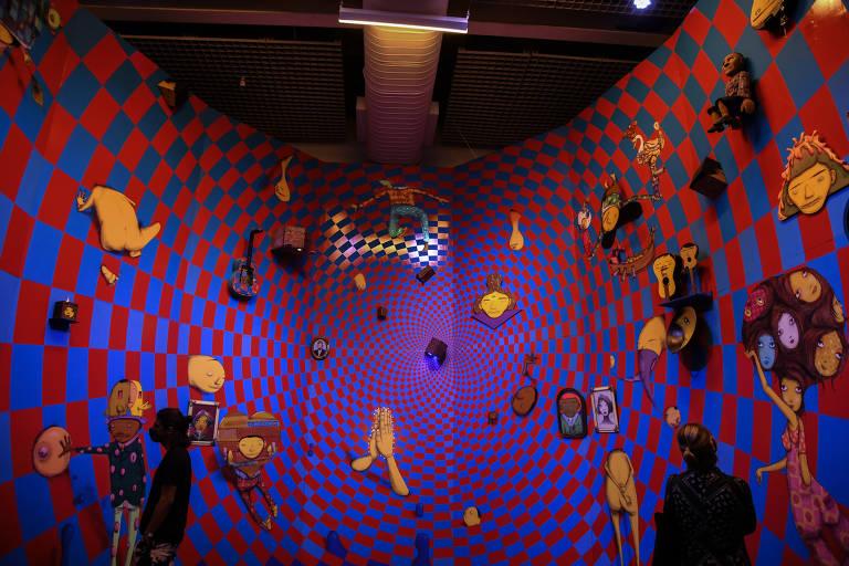 """Pessoas interagem com megaexposição """"Osgêmeos: Segredos"""", na Pinacoteca"""