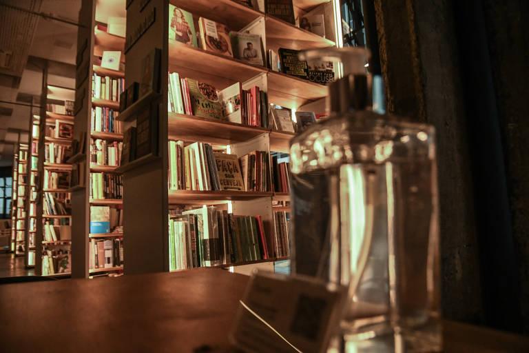 Livraria Megafauna disponibiliza álcool em gel para os clientes