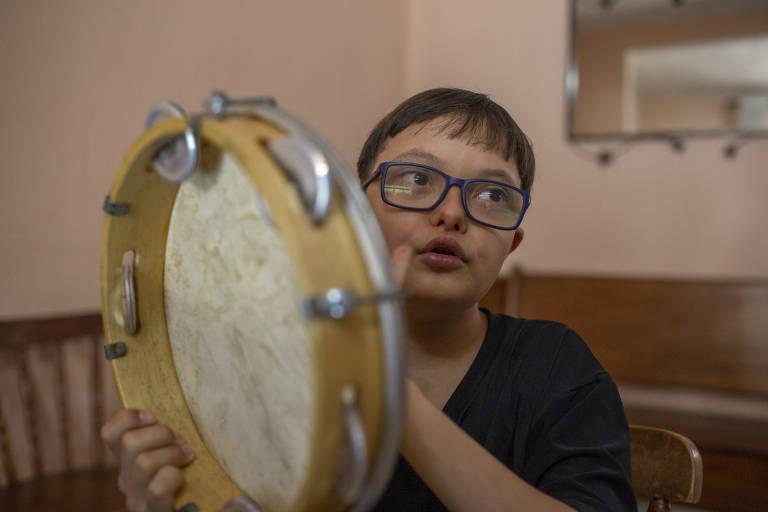 SÃO PAULO -  SP - 17.12.020 - Retrato do Vinícius, 11, foi um dos alunos do projeto Luz, Música e Inclusão, do Instituto Olga Kos em parceria com a Enel
