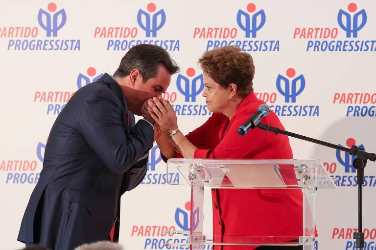 Em 2014, Ciro Nogueira beija a mão da então presidente Dilma Rousseff em ato no qual declarou apoio do PP à reeleição da petista