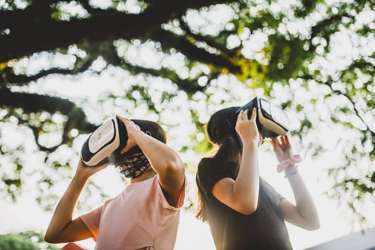 Duas meninas usam óculos de realidade virtual