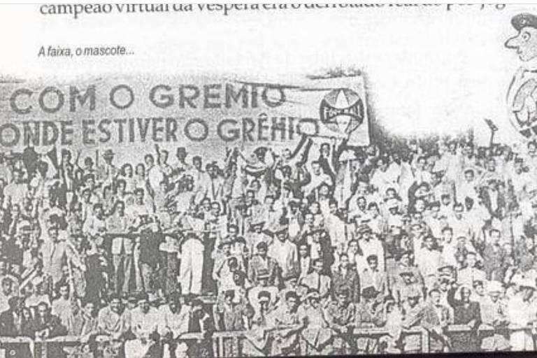 Faixa da torcida gremista levada ao estádio por Salim Nigri, em 1946, com os dizeres 'Com o Grêmio onde estiver o Grêmio',