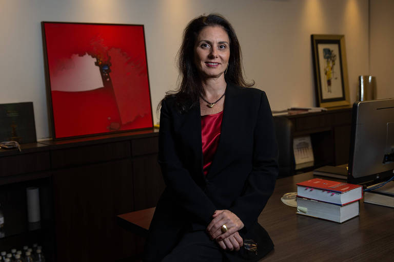 De pé, a advogada Viviane Girardi, presidente eleita da AASP (Associação dos Advogados de SP), em seu escritório na capital paulista