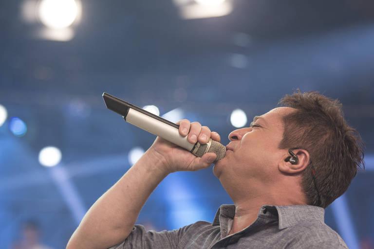 O cantor sertanejo Leonardo em apresentação no programa Legendários, da TV Record
