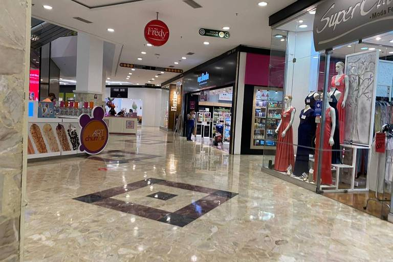 Movimento de compras no Shopping D