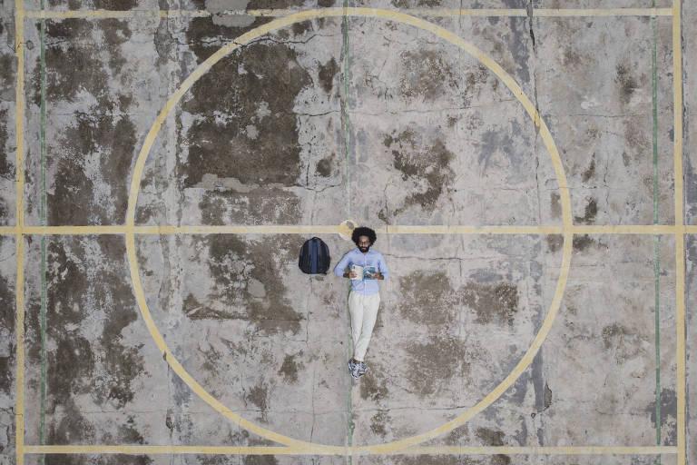 O economista Michael França, em uma quadra próxima de sua casa, na zona Sul de São Paulo