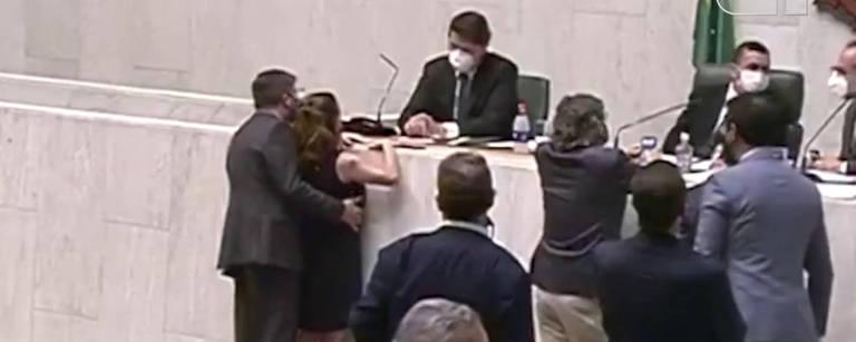 Imagem mostra deputado Fernando Cury passando a mão no seio da deputada Isa Penna durante sessão da Alesp