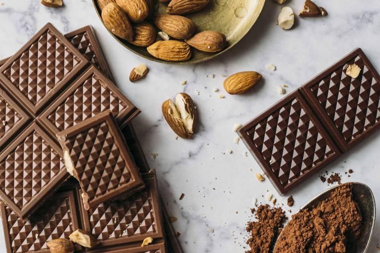 Chocolate ao leite com crocante de amêndoas e chocolate 63 % em barras
