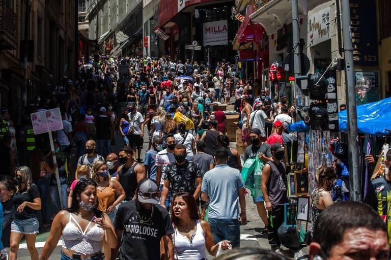 Ladeira Porto Geral, na região da 25 de Março, totalmente cheia de pessoas que andam pelas ruas
