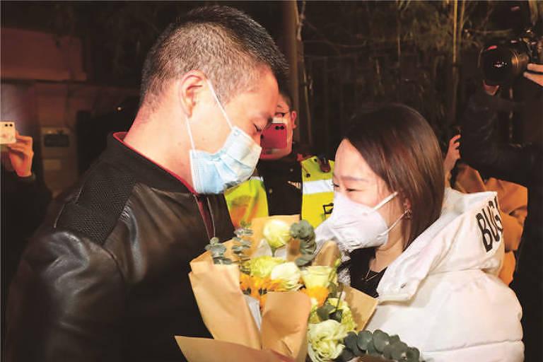Peng Yui, ao reencontrar a namorada Xiao Lei, após 14 dias confinado em Xangai