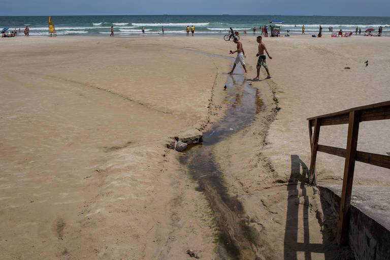 Praia de Pitangueiras, em Guarujá; litoral paulista tem balneários impróprios para banho