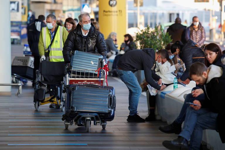 Passageiro no aeroporto Fiumicino, em Roma (Itália), após o governo suspender voos vindos do Reino Unido