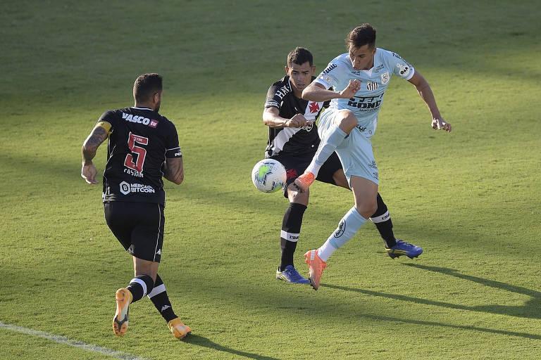 Kaio Jorge, do Santos, tenta jogada durante duelo contra o Vasco