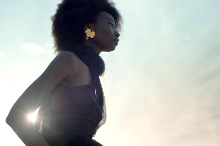 Modelo desfila look Yves Saint Laurent