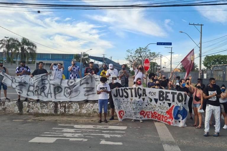 Ativistas do movimento negro e membros de torcida organizada em frente a loja do supermercado Carrefour, em Porto Alegre (RS)