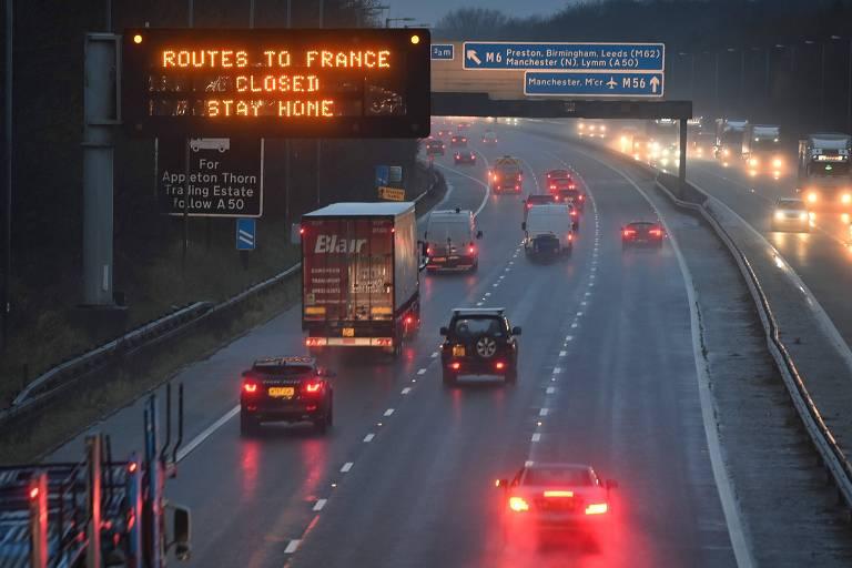 Placa em rodovia britânica avisa que a fronteira com a França está fechada e pede para os moradores permanecerem em casa