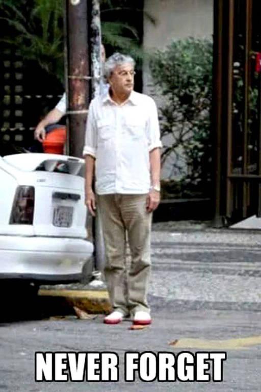 """Imagem de Caetano Veloso atravessando a rua após estacionar o carro com a legenda """"never forget"""", algo como """"nunca esqueceremos"""" em inglês"""