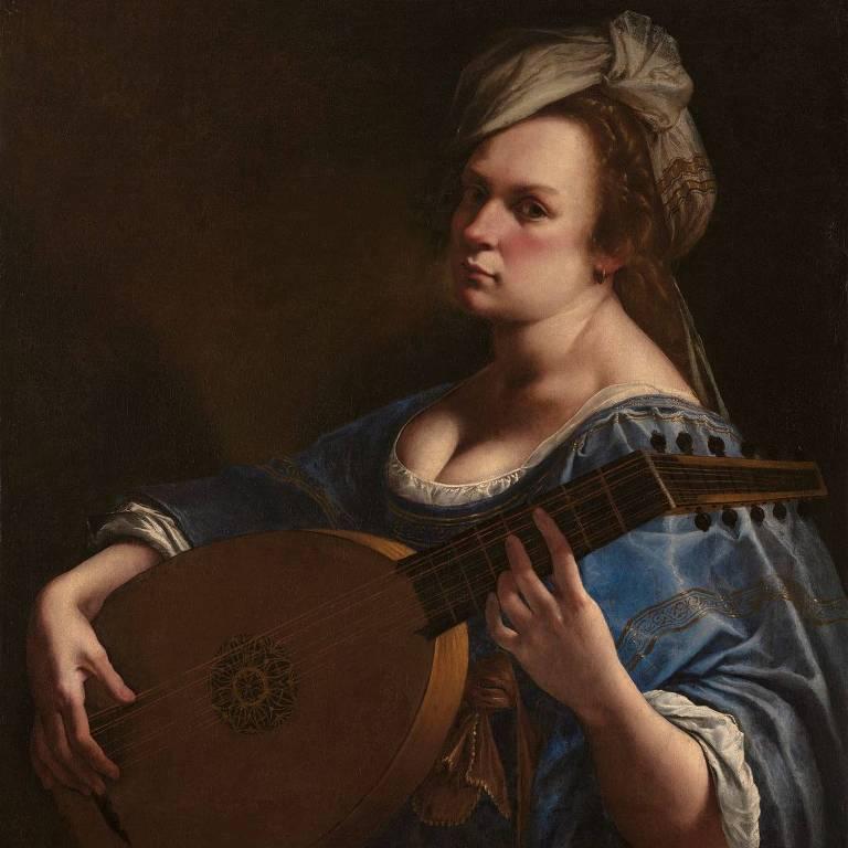 Mulher branca toca instrumento