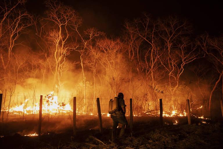 Funcionários monitoram um acero na tentativa de controlar um foco de incêndio na fazenda Santa Tereza, na Serra do Amolar, no Pantanal de Mato Grosso do Sul