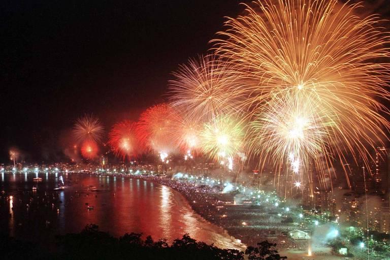 Vista da praia de Copacabana no Réveillon, quando os fogos de artifício ainda eram lançados da areia de praia