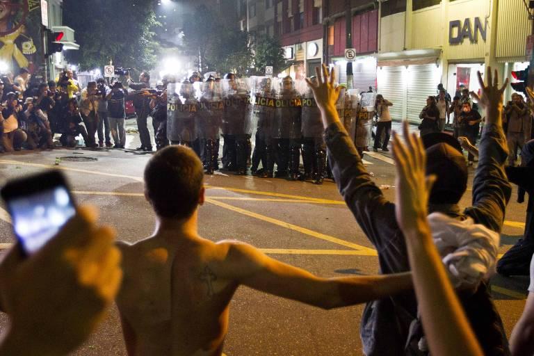 Manifestantes contra o aumento da tarifa de ônibus enfrentam a polícia em São Paulo, no mês de junho de 2013 -