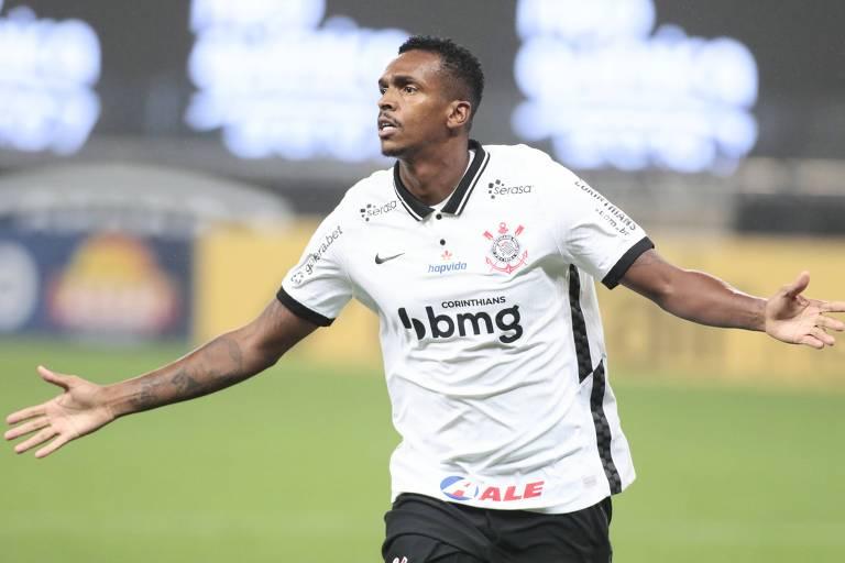 Jô comemora o gol que deu a vitória ao Corinthians contra o Goiás nesta segunda (21)