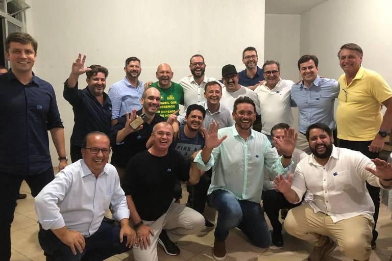 Sem usar máscara, o presidente Jair Bolsonaro participa de evento em Santa Catarina com aliados como o empresário Luciano Hang