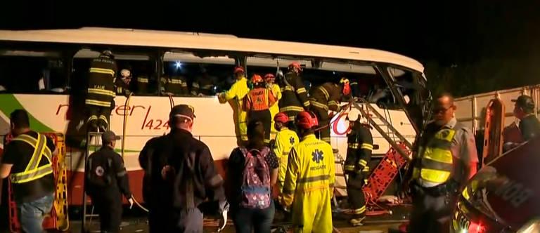 Acidente entre ônibus e caminhão em Parapuã (SP)
