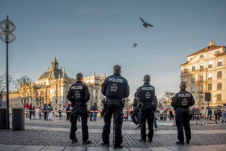 A força policial alemã é mais descentralizada do que o exército, com supervisão menos rigorosa