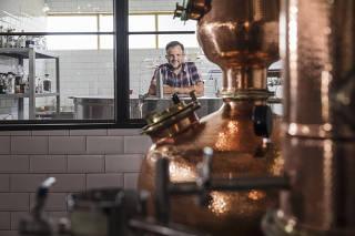 ***Especial FOLHA:  Etilicos ficam mais caros em 2021*** Retrato do empresario Rodrigo Marcusso,42, ao lado do alambique de cobre na sua pequena  destilaria que faz gin, a  Draco Sitll House  na Fazenda Santo Antonio na cidade de Eng. Coelho