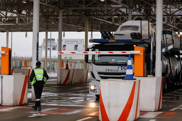 Caminhões aguardam após França fechar fronteiras para veículos e pessoas vindos da Inglaterra