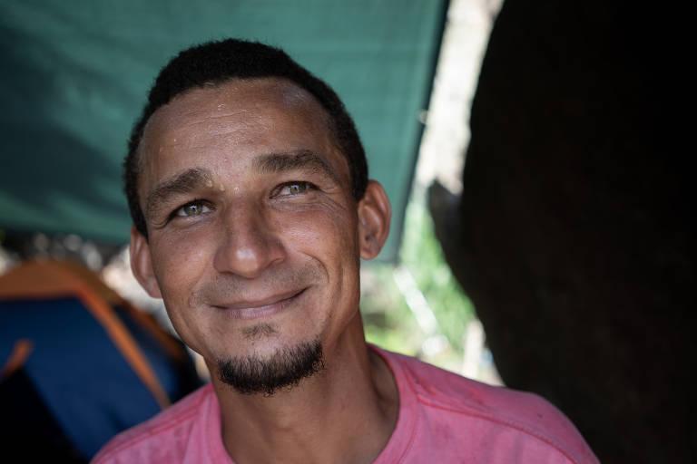 Venezuelano vive em praia deserta no Rio