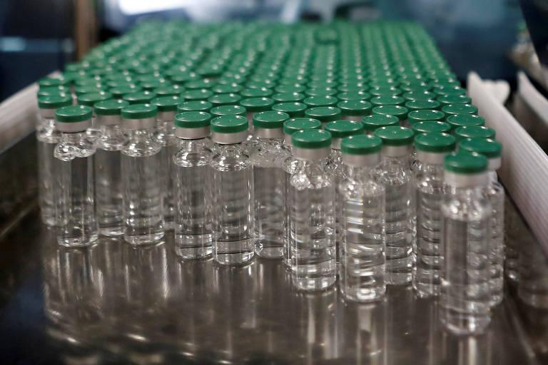 Doses da vacina da AstraZeneca em instituto em Pune, na Índia