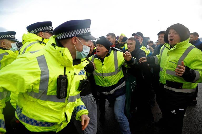 Demora em testes revolta caminhoneiros na reabertura de fronteiras com Reino Unido