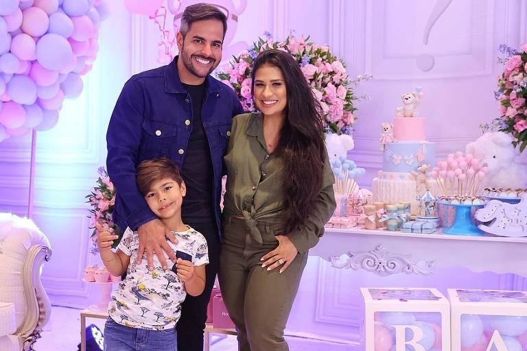 Imagens da cantora Simone Mendes e Família
