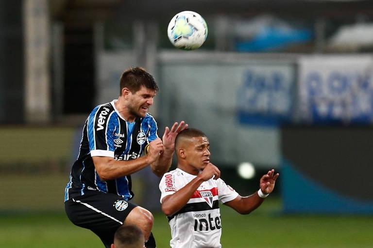 Kannemann e Brenner disputam bola pelo alto durante Grêmio e São Paulo pela Copa do Brasil