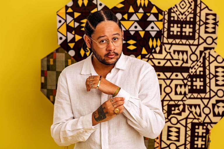 """O rapper e ativista brasileiro Leandro Roque de Oliveira, conhecido como Emicida, cuja trajetória inclui música, literatura, moda e televisão, acaba de ser contada em """"AmarElo, e tudo pra ontem"""", documentário produzido pela Netflix."""