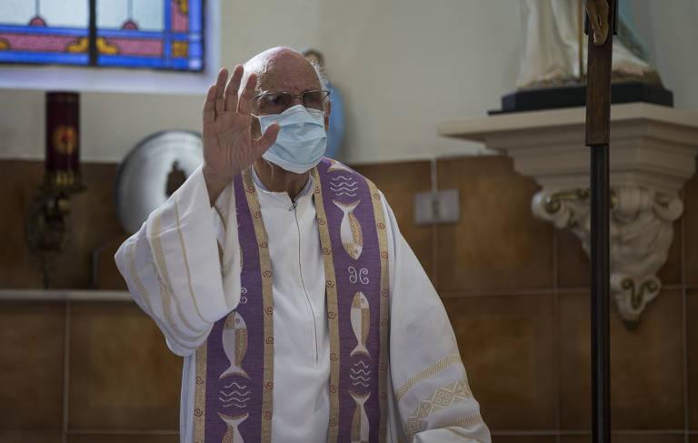 Padre Júlio Lancellotti enfrenta batalha ao levar pão a quem tem fome