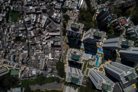 SÃO PAULO, SP, BRASIL, 20-12-2020: Vista da favela de Paraisópolis com o bairro do Morumbi ao lado. Folha faz reportagem especial sobre os dois brasis pós-pandemia, o que está em crise e o que prospera. (Foto: Eduardo Anizelli/ Folhapress, MERCADO) ***EXCLUSIVO***