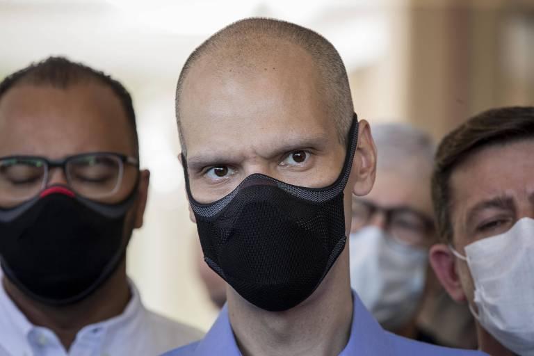 Homem careca usa máscara preta