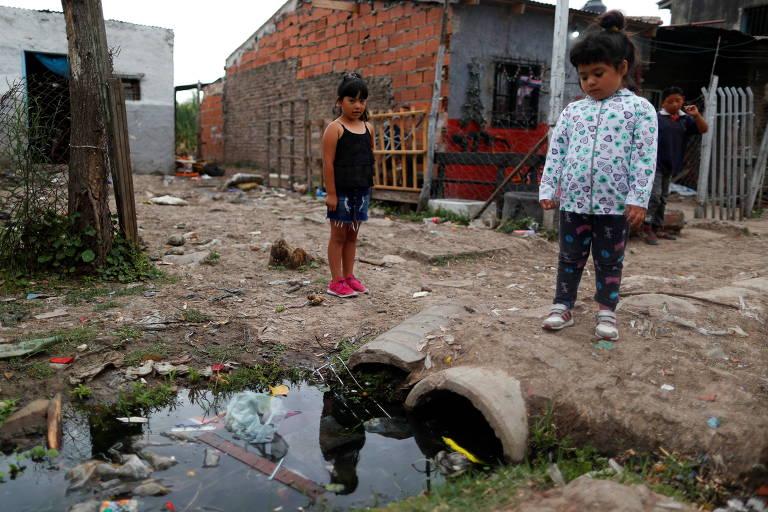 Crianças argentinas durante a pandemia do novo coronavírus em Laferrere, na periferia de Buenos Aires