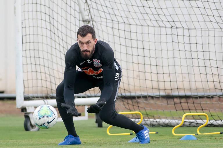 O goleiro Walter, do Corinthians, durante treino na sexta (25)