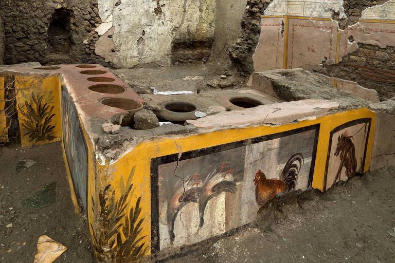 Arqueólogos descobrem antiga loja de comida de rua em Pompeia