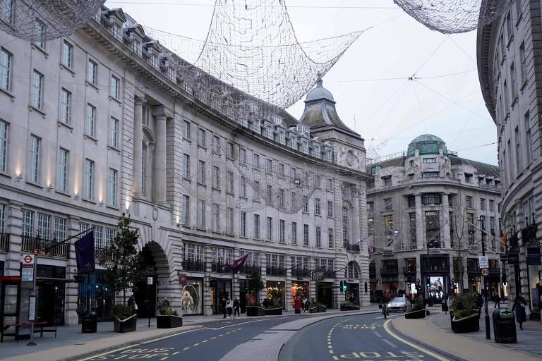 Regent Street, em Londres, fica vazia após governo britânico endurecer restrições para conter novas variantes do coronavírus