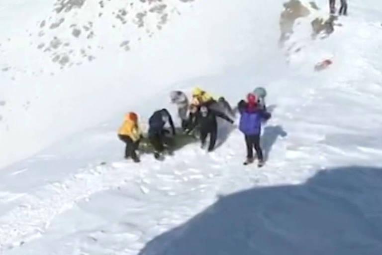 Operação de resgate busca desaparecidos e mortos em região montanhosa ao norte de Teerã